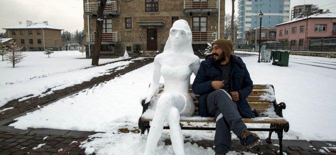 Kardan kadın heykeli yaptı