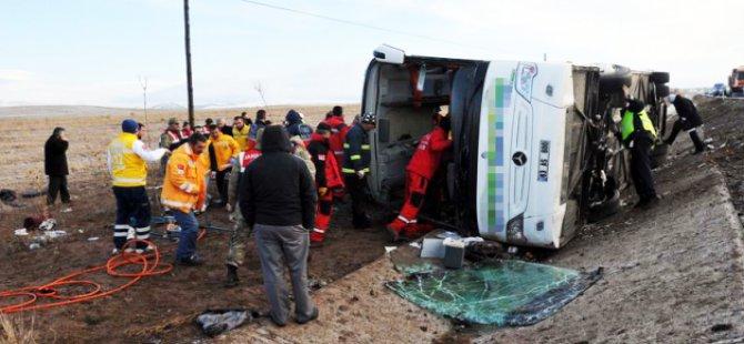 Sivas'ta Otobüs TIR'a çarptı: 1 ölü, 33 yaralı