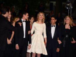 Cannes Film Festivalin'de yine frikik İç çamaşırı giymedi rezil oldu