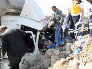 Melikgazi ilçesi Erciyes Bulvarı'nda Bahçeye dalan kamyon 3 yaralı
