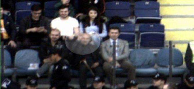 Umut Bulut babasıyla maçta böyle  selamlaştı-video
