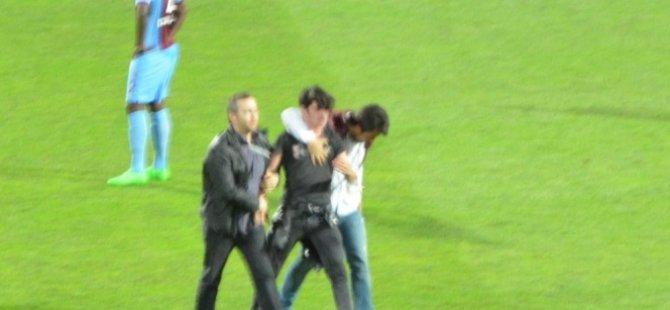 Fenerbahçe maçında kale arkasından sahaya atlayarak