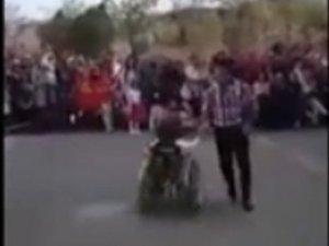 Engelli öğrencisiyle dans etti