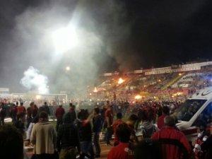 Maç sonu ortalık karıştı taraftarlar  tribünleri ateşe verdi