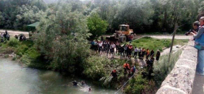 Sarıoğlan'da Otomobil Kızılırmak Nehri'ne Düştü