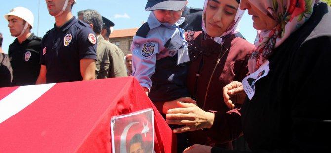 MİNİK YUSUF BABASINI POLİS SELAMIYLA UĞURLADI