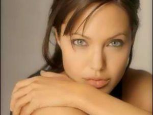 Ünlü Yıldız Angelina Jolie göğüslerini aldırdı