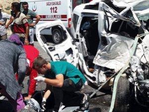 TIR'a çarptı: 4 ölü