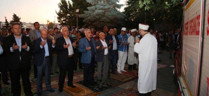 Vali Süleyman Kamçı Bürüngüz Camii önünde halka hitap etti