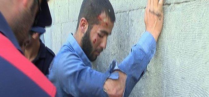 Kayseri'de polise satır çektiği iddia edilen bir kişiyi linç edilmekten polis kurtardı