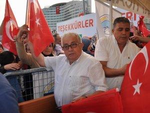 Kayseri Ticaret Borsasından demokrasi nöbetinde Türk bayrağı dağıttı