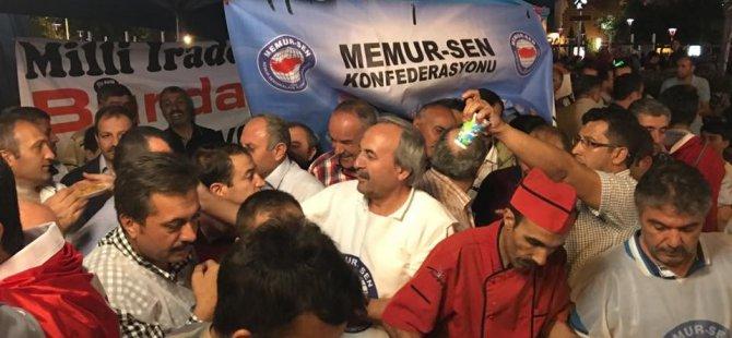 Kayseri Memur Sen temsilciliği milli irade nöbetçilerine pilav ikramında bulundu