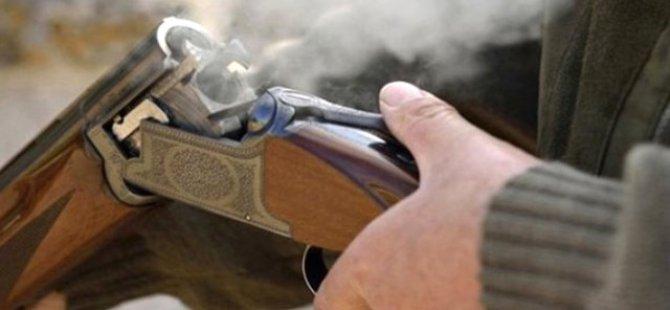 Tüfek ile fotoğraf çektirirken oğlunu vurdu