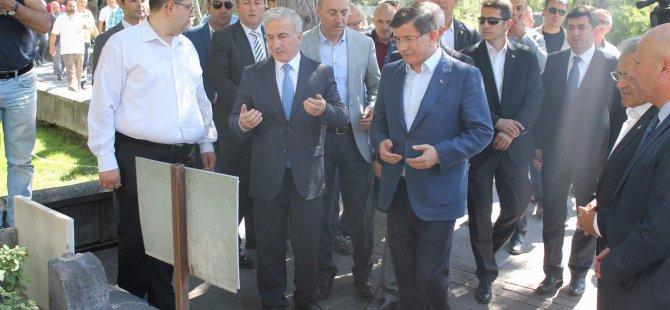 Davutoğlu,Seyyid Burhanedin Hz.'nin türbesini ziyaret etti