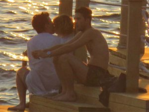 Alkolün etkisiyle genç bir erkekle iç çamaşırıyla denize girdi
