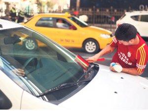 Kavşaklarda araba camı silen, mendil satan ve dilenen çocuklar: