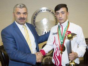 Başkan Çelik'ten şampiyona ödül