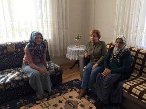 Bayan Kamçı ihtiyaç sahibi aileleri ziyaret ediyor