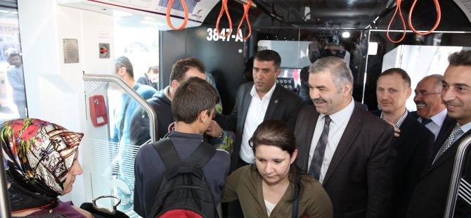 Başkan Çelik, yeni raylı sistem araçlarına bindi ve halkın görüşlerini aldı