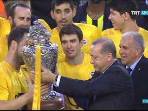 Cumhurbaşkanı Erdoğan, Fenerbahçe'nin kupasını verdi