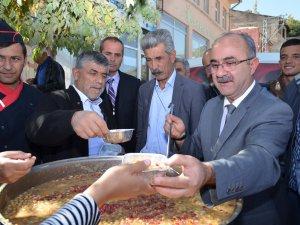 Bünyan Belediye Başkanı Gülcüoğlu vatandaşlara aşure ikram etti