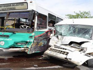 Kayseri'de Halk Otobüsüyle Minübüs Çarpıştı:8 Yaralı