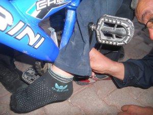 Ayağı bisiklete sıkışan çocuğu itfaiye kurtardı