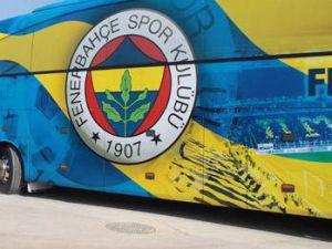 Fenerbahçe otobüsüne yaklaşıp tacizde bulunan taraftarlar