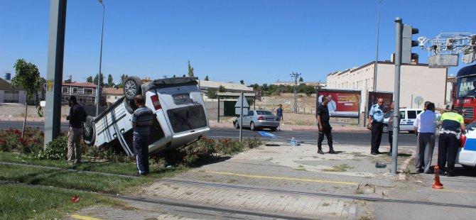 Gesi Kavşağı'nda 2 otomobil çarpıştı: 3 yaralı