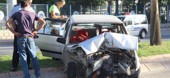 Barbaros'ta Direksiyon hakimiyeti kaybolan otomobil ağaca çarptı