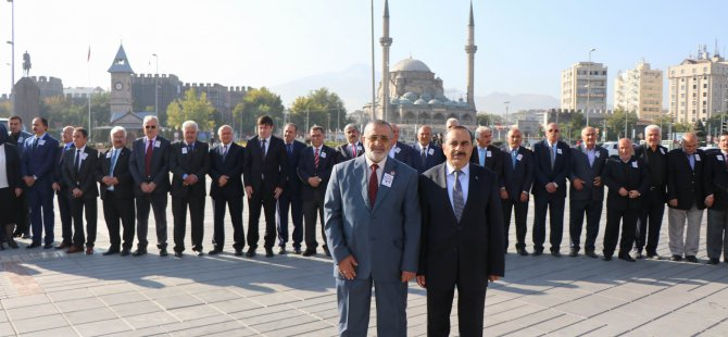 Kayseri'de Muhtarlar Atatürk Anıtı'na çelenk bıraktı