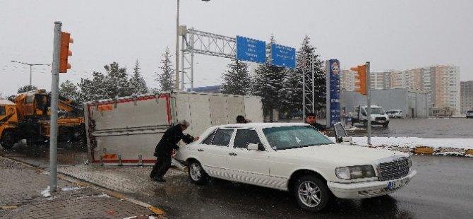 Kayseri Orgaznize'de Kamyonet, otomobilin üstüne devrildi