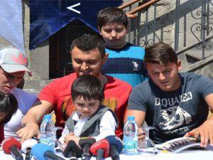 KAYSERİSPOR'UN FUTBOLCULARI HASTA ÇOCUKLARI  ZİYARET ETTİ