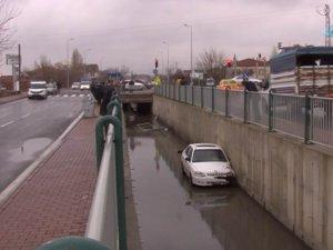 Direksiyon hakimiyeti kaybolan otomobil kanala uçtu