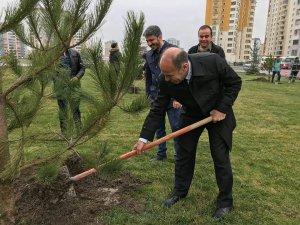 Ak Parti Kocasinan İlçe Başkanı Muammer Kılıç öğrencilerle birlikte ağaç dikti