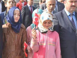 Kayseri'de Törene Ortaokul  Kız  Öğrencileri Türbanla Katıldı