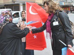 Kayseri AK Parti Teşkilatı Türk Bayrağı Dağıttı