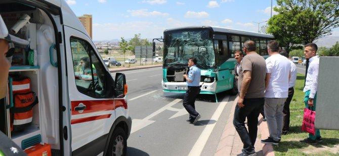 Kayseri'de Tıra çarpan halk otobüsü refüje çıkarak durabildi: 9 yaralı