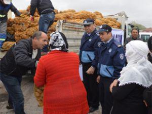 Kocasinan Belediyesi patates dağıtıyor
