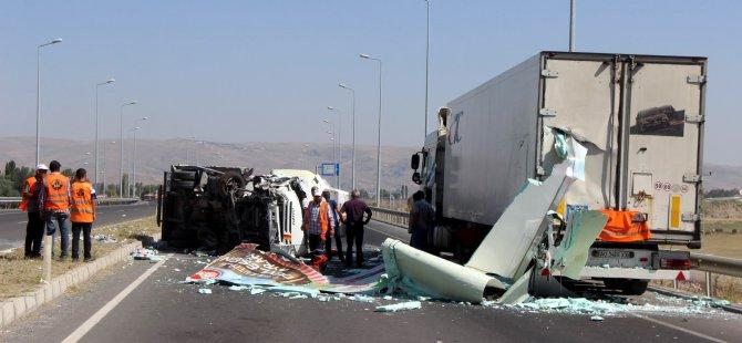 Hal Yolunda Tıra çarpan ayran yüklü kamyon devrildi: 2 yaralı
