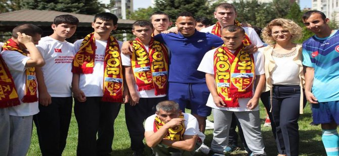 Kayserispor'lu futbolcular engelli öğrencilerle top oynadı