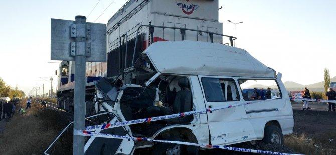 İncesu'da tren minibüse çarptı: 2 ölü