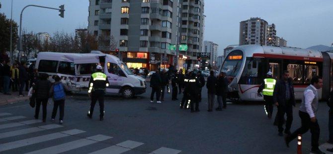 Mustafa Şimşek'te tramvay öğrenci servisine çarptı: 6 yaralı