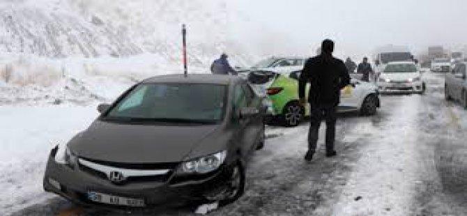 Mahsur kalan araçlar 5 saat boyunca yolun açılmasını bekledi