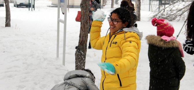 Alanya'dan Kayseri'ye gelerek ilk defa karla tanışan öğrenciler, karın tadını çıkardı