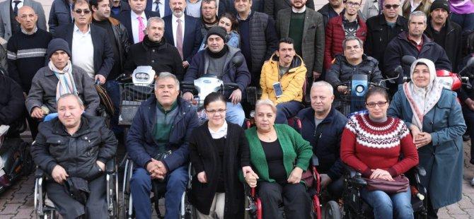 Çolakbayrakdar, Anadolu Sakatlar Derneği'ni ziyaret etti
