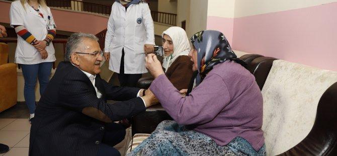 Başkan Büyükkılıç Huzurevinde yaşlıların duasını aldı