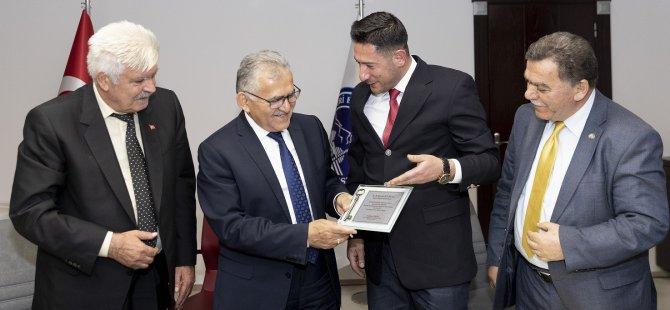 Esnaf, Başkan Büyükkılıç'a şehrin anahtarını teslim etti