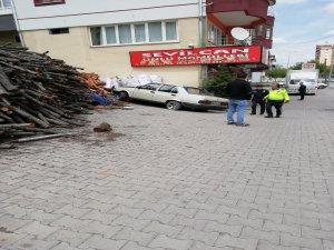 Melikgazi ilçesi'nde Kontrolünü Kaybeden Araç Odunlara Çarparak Durabildi