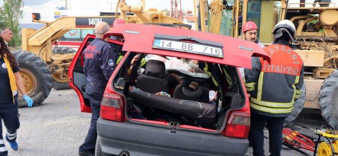 Hacılar yolunda Greydere çarpan otomobil pert oldu: 1 ölü, 2 yaralı